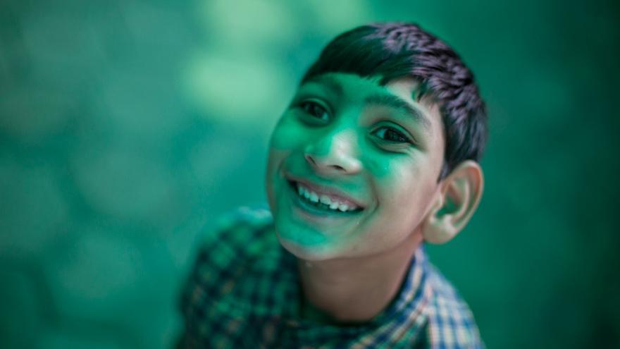 Omer es uno de los hijos de los hijos de los que sobrevivieron el desastre, que hoy, 30 años más tarde, siguen naciendo con problemas de salud. Nada ha cambiado desde la noche del accidente, las entrañas de Bhopal y sus acuíferos siguen contaminados.//FOTO: Bernat Parera