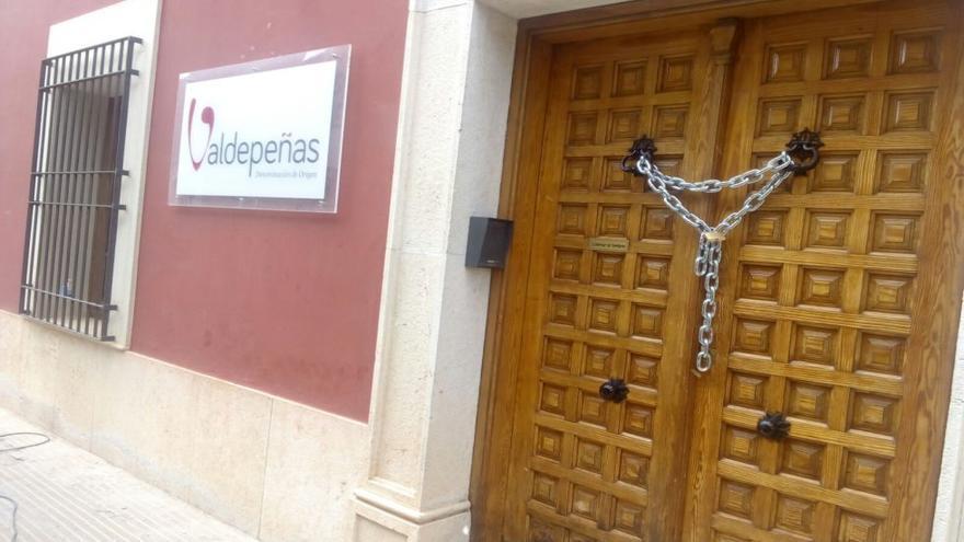 Cierre simbólico de la la Interprofesional de D.O. de Valdepeñas. / FOTO: Cadena SER.