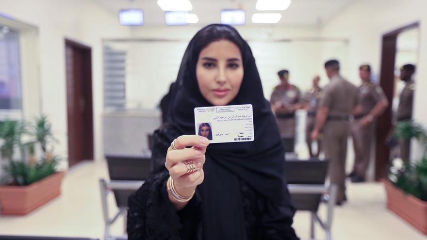 Esraa Albuti, directora ejecutiva de Ernst & Young, muestra su carné de conducir en el Departamento General de Tráfico de Riad. El Gobierno emitió las primeras 10 licencias unas semanas antes de que se levantase totalmente la prohibición.