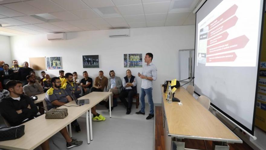 La Liga de Fútbol Profesional ha impartido una charla de integridad a el cuerpo técnico, jugadores y auxiliares de la primera plantilla de la UD Las Palmas, para promocionar los valores y los principios fundamentales del deporte.