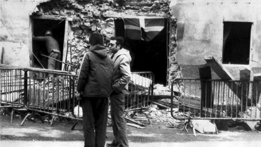 Fachada del bar Aldana, el día después del atentado, en Alonsotegi (Bizkaia)