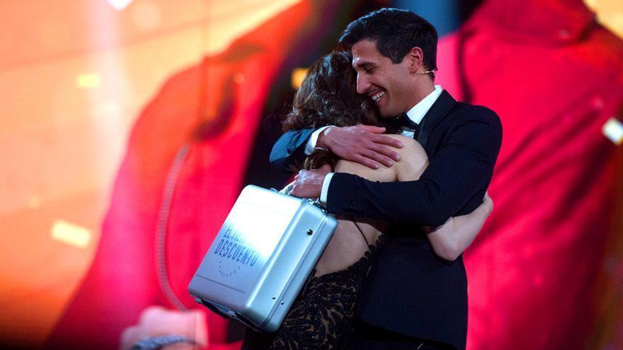 Gianmarco abraza a Adara tras ganar 'El tiempo del descuento'