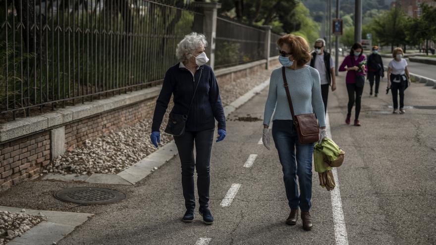 Maica, de 79 años y su hermana Elisa, de 74 años, en la Avenida de Portugal