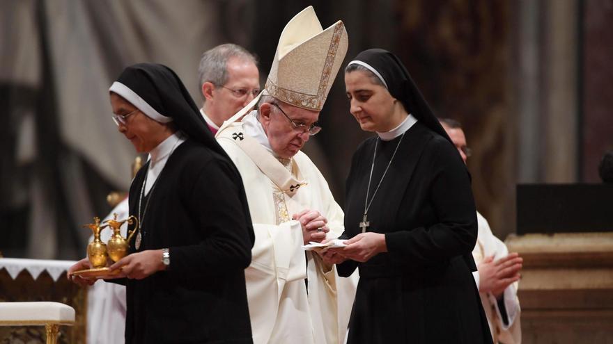 Dos monjas ayudando a una misa celebrada por hombres