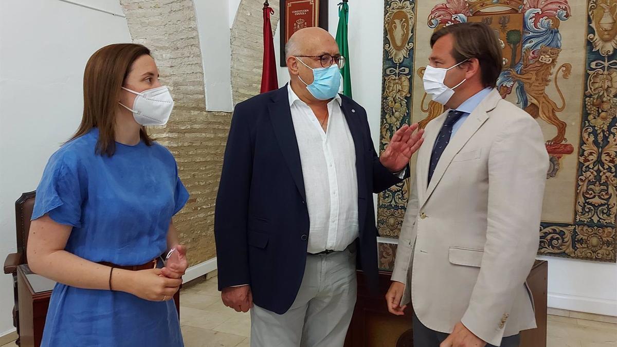 El delegado del Gobierno andaluz en Córdoba, Antonio Repullo (dcha.), junto a la delegada de Fomento, Cristina Casanueva, y el alcalde de La Rambla, Jorge Jiménez.