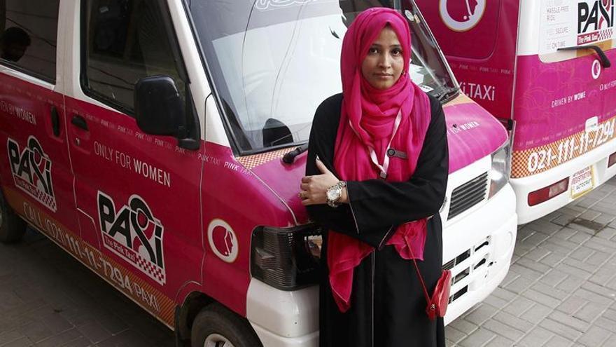 Taxis rosas para que conduzcan y se desplacen las mujeres en Pakistán