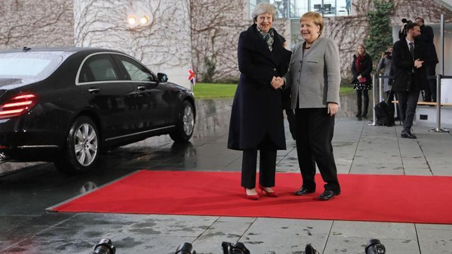 """Merkel recibe a May para abordar el bloqueo del """"brexit"""" en el Parlamento británico"""