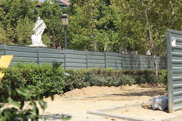 Perímetro vallado de las obras de la Plaza de la Villa de París | Fotografía: Somos Chueca