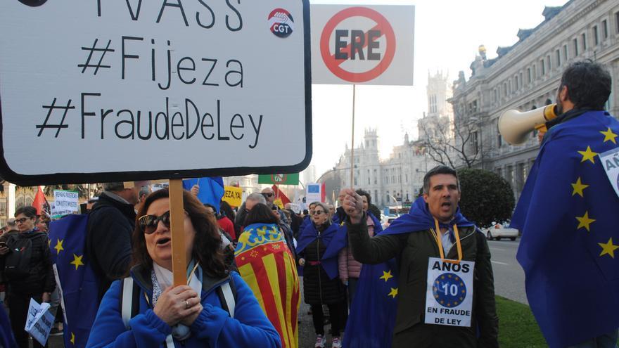 """Empleados públicos temporales reclaman """"fijeza"""" a las administraciones, este sábado en Madrid."""