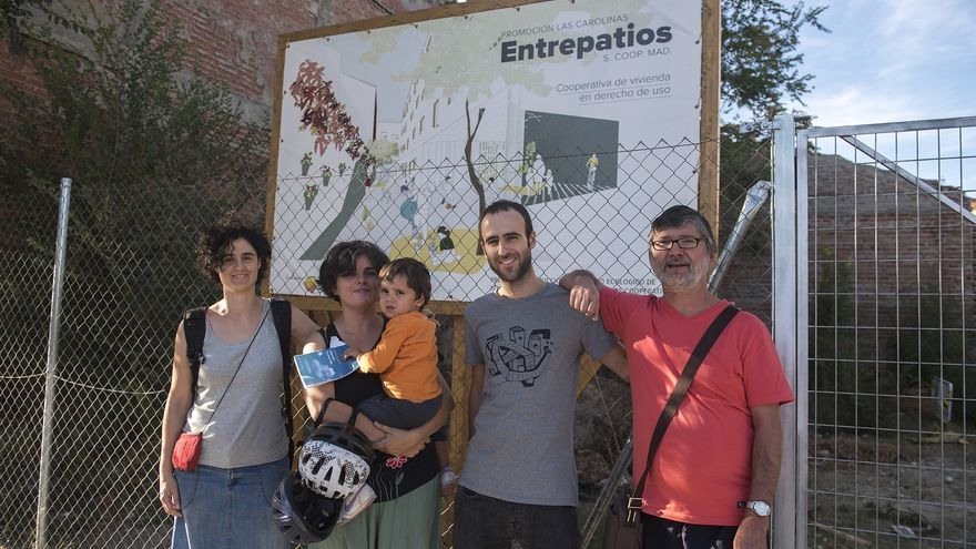 De izquierda a derecha, los cooperativistas Érika López, Berta Iglesias Varela, con su hijo Nuño, Javier Pérez y José Daniel López, delante del solar donde construirán sus casas. / Fernando Sánchez
