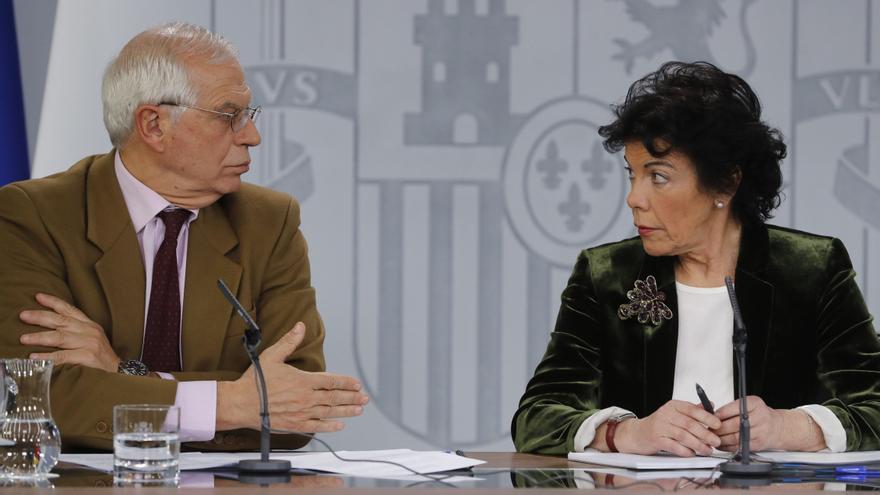 El ministro de Exteriores, Josep Borrell, y la ministra portavoz, Isabel Celaá, durante su comparecencia en rueda de prensa, este viernes, tras la reunión del Consejo de Ministros.