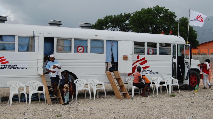 Las clínicas móviles se convirtieron en un elemento imprescindible para que facilitar el acceso de la población a la asistencia sanitaria.  Autobús-clínica en el campo de desplazados de Aviation Camp, situado junto al de Cité Soleil. Fotografía: Pascale Zintzen/ MSF