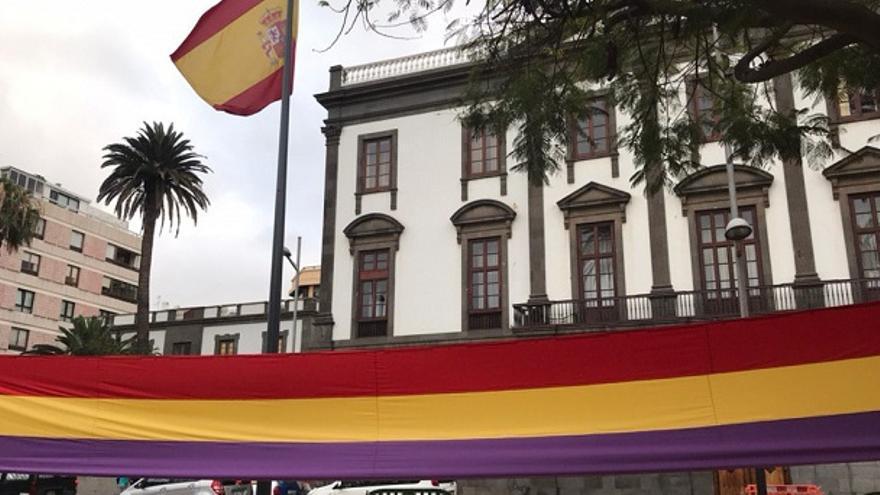 Bandera republicana gigante ante el Gobierno Militar de Las Palmas.
