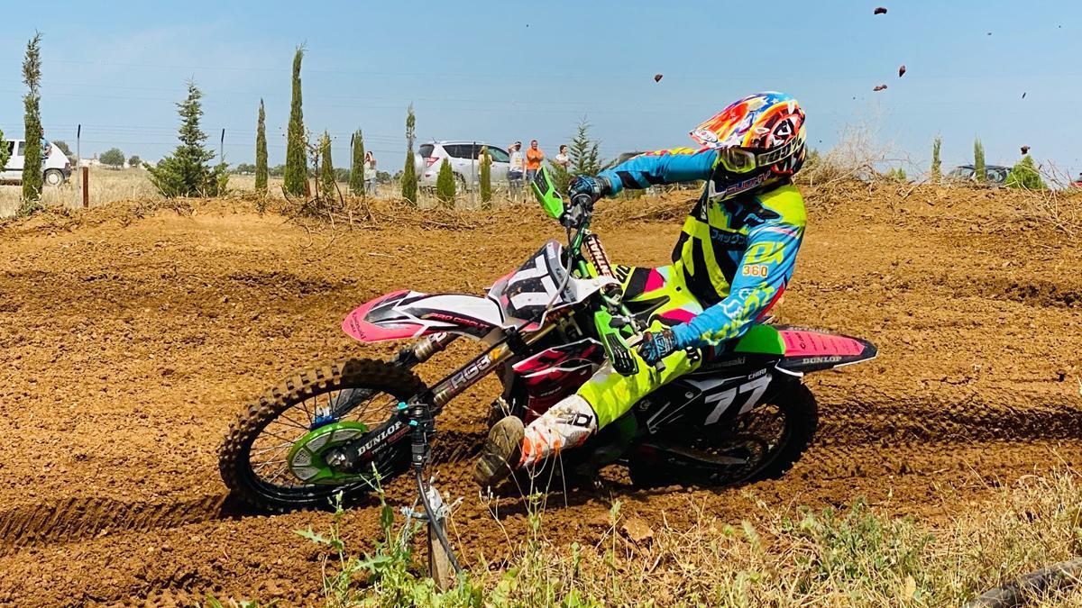 Piloto en acción en el inicio del Provincial de Motocross 2021