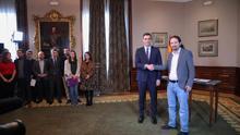 El presidente del Gobierno en funciones, Pedro Sánchez y el líder de Podemos, Pablo Iglesias, se estrechan la mano en el Congreso de los Diputados tras firmar el principio de acuerdo para compartir un gobierno de coalición tras las elecciones generales del pasado domingo, en Madrid (España), a 12 de noviembre de 2019.