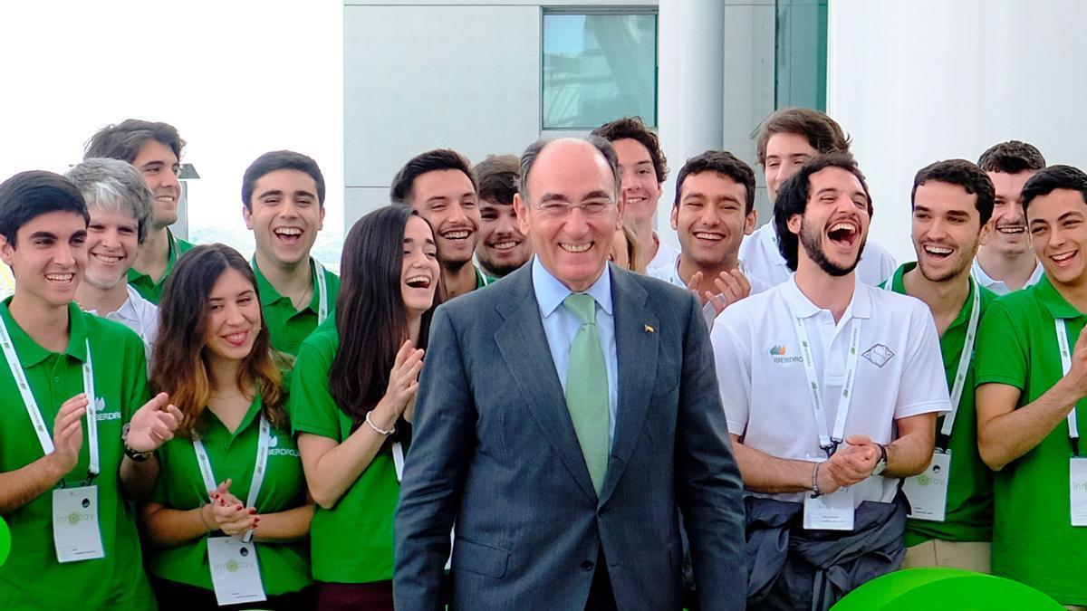 Ignacio Galán con jóvenes investigadores