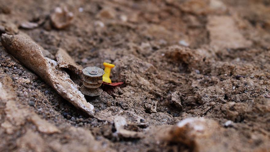 Objeto aparecido en la fosa común de El Madroño (Sevilla). / J.M.B.