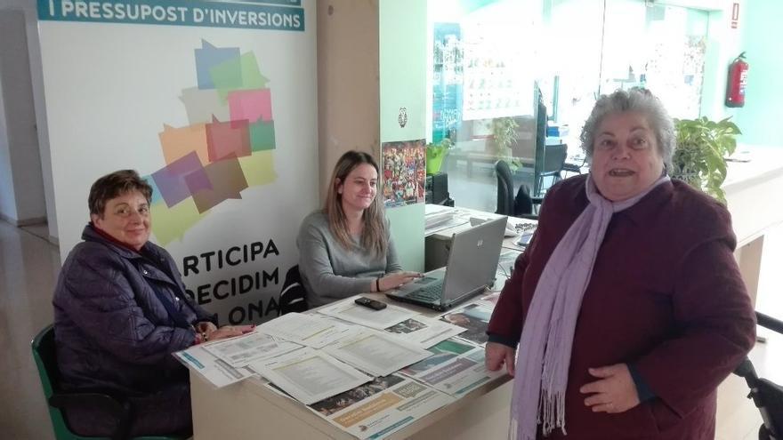 Una veïna de Badalona rep informació sobre el procés abans de votar
