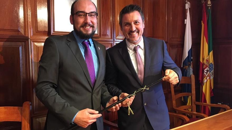 Martín Taño (d) cedió el bastón de mando a Yeray Rodríguez.