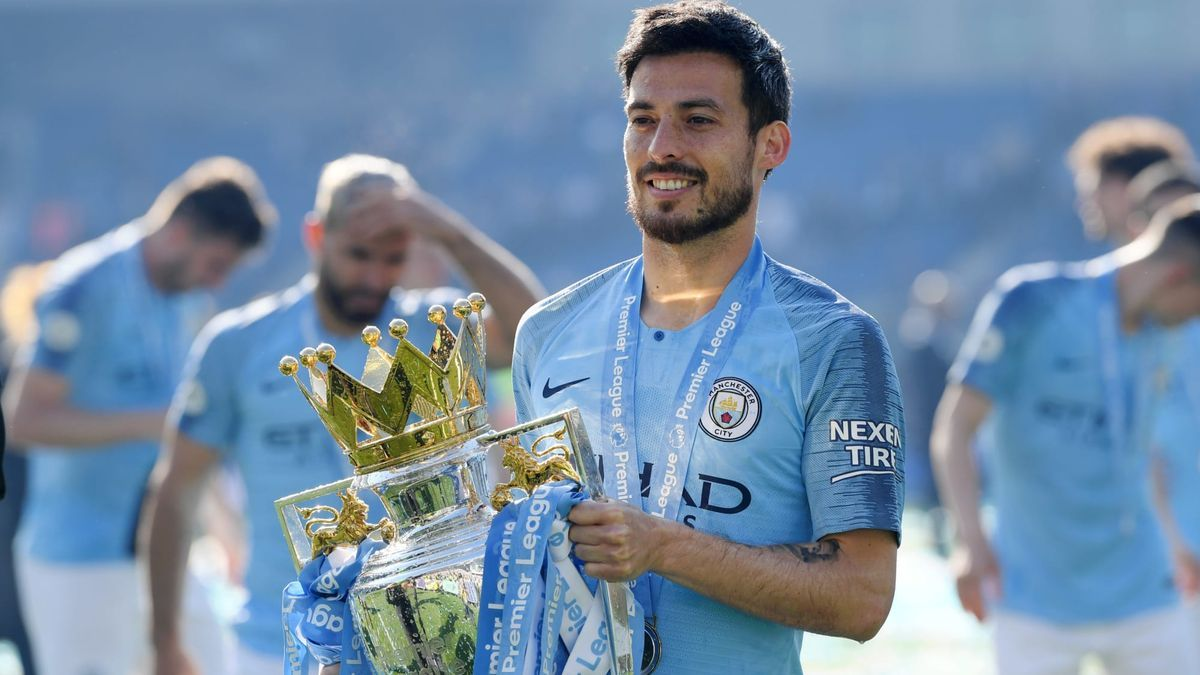 David Silva posa junto a su cuarto trofeo de Premier League
