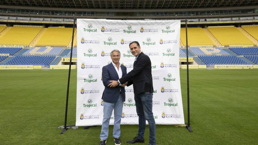 Momento del acuerdo plasmado en el césped del Estadio de Gran Canaria