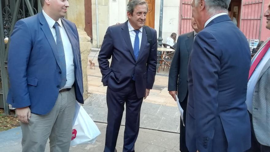En el centro, Javier Zaragoza a su llegada a la conferencia en Huesca