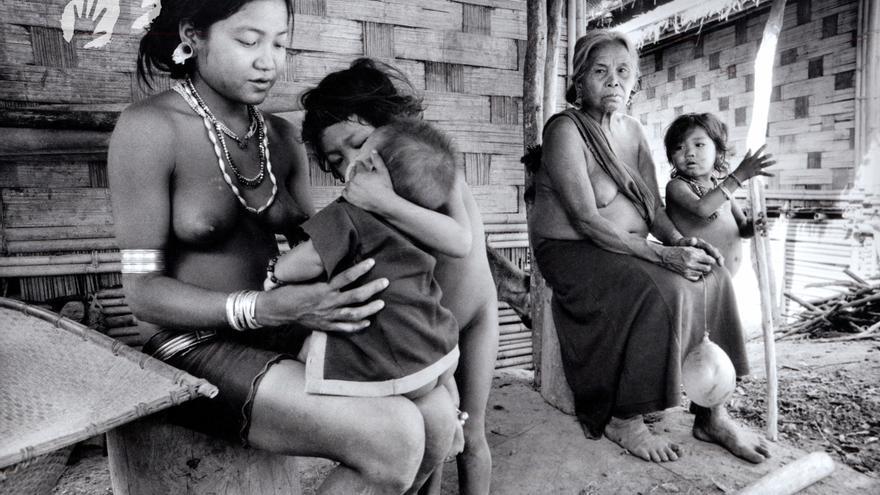 Desde que Bangladesh se independizó de Pakistán en 1971, los indígenas jummas de las Chittagong Hill Tracts, en la montañosa región sureste del país, han soportado algunas de las peores violaciones de derechos humanos en Asia. Amables, compasivos y tolerantes con otras religiones, los jummas son étnica y lingüísticamente distintos de la mayoría bengalí. En la actualidad, también son uno de los pueblos tribales más perseguidos. Los colonos casi los superan en número y sufren brutalmente a manos del ejército.  En un solo acto genocida, cientos de hombres, mujeres y niños fueron quemados vivos en sus casas de bambú. La brutalidad sexual contra las mujeres y niñas jummas también es alarmantemente alta: desde agosto de 2012, al menos 12 mujeres y niñas jummas han sido víctimas de violencia sexual, aunque el número podría ser mayor, ya que con frecuencia no se denuncian las violaciones debido al estigma social que acarrean. Se ha hecho poco para perseguir a los culpables de estos crímenes, explica Sophie Grig de Survival International. Esto deja a las mujeres y niñas jummas cada vez más vulnerables, ya que sus agresores actúan con impunidad./ ©Mark McEvoy/Survival