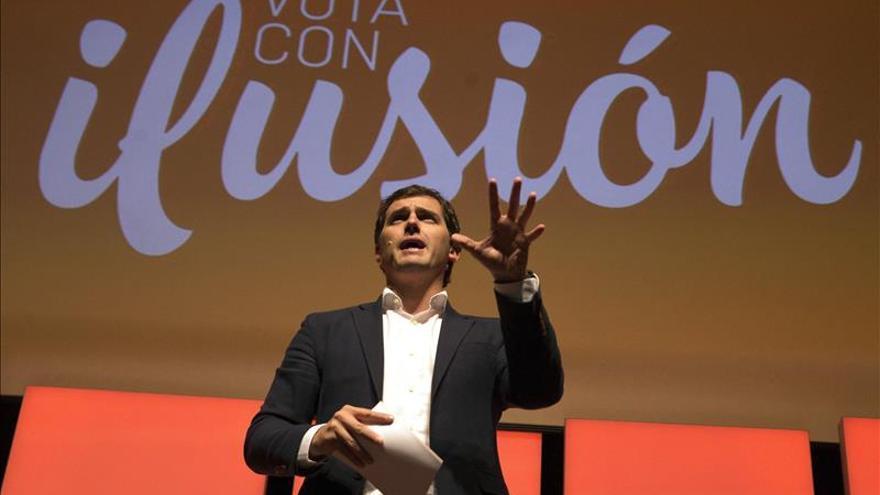 Rivera: PP es coche con ruedas gastadas y PSOE mira por retrovisor a Podemos