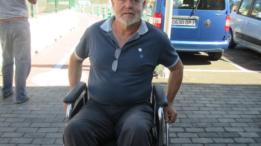 Argelio Hernández, candidato al Cabildo de Nueva Canarias, en silla de ruedas. Foto: LUZ RODRÍGUEZ.