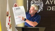 El concejal de Hacienda de Mazarrón, Ginés Campillo, con un formulario para bonificar las tasas de basura