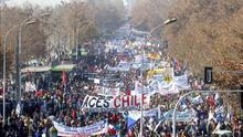 Millares de profesores chilenos marchan en rechazo del estatuto docente