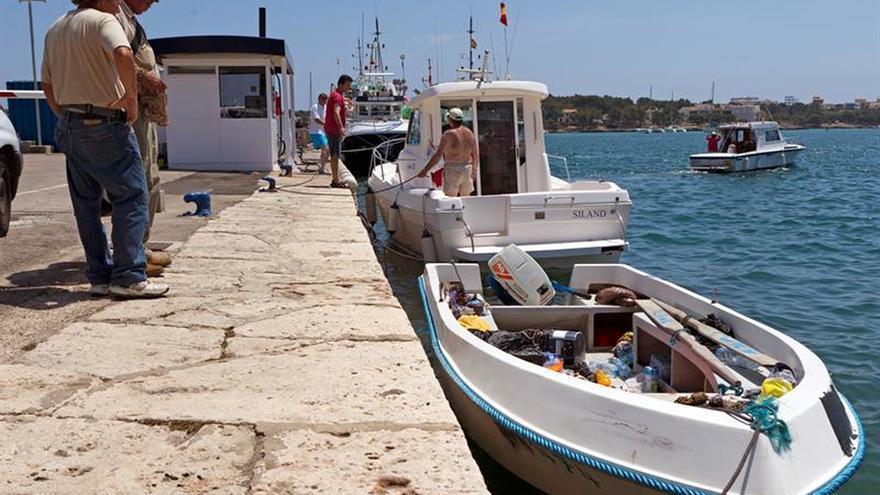 Detenidos 14 inmigrantes en una patera en aguas del sur de Mallorca