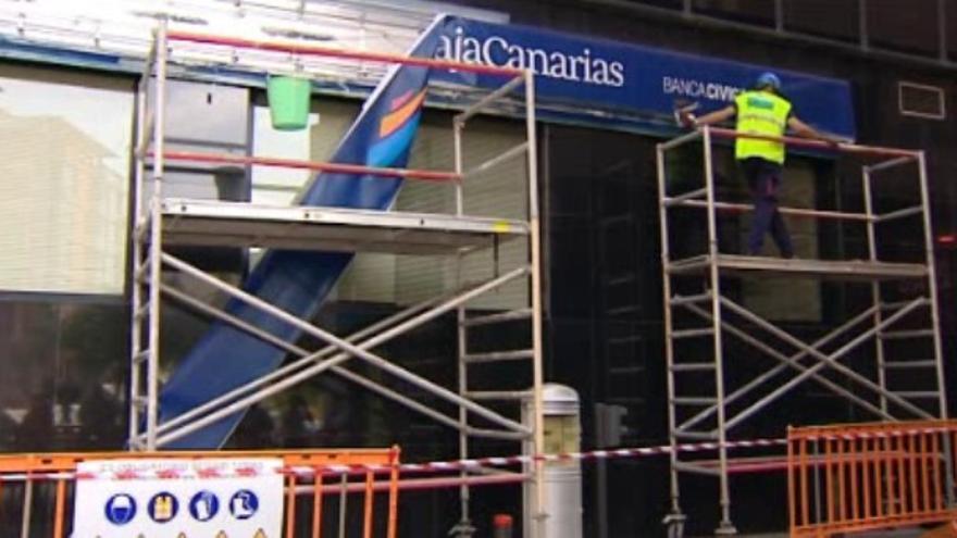 Cambio de cartelería de CajaCanarias a CaixaBank. (CAPTURA RTVC)