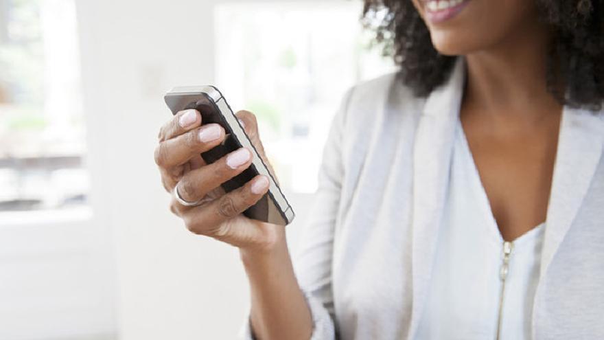 Una mujer utilizando el móvil.