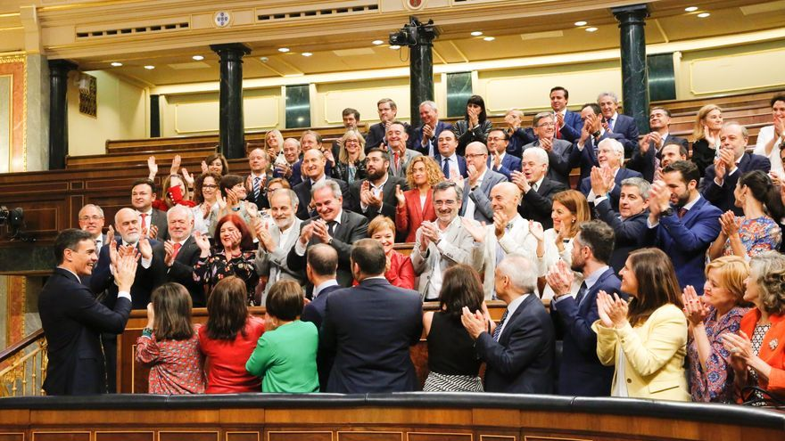 Pedro Sánchez y la bancada socialista aplauden tras ganar la moción de censura.
