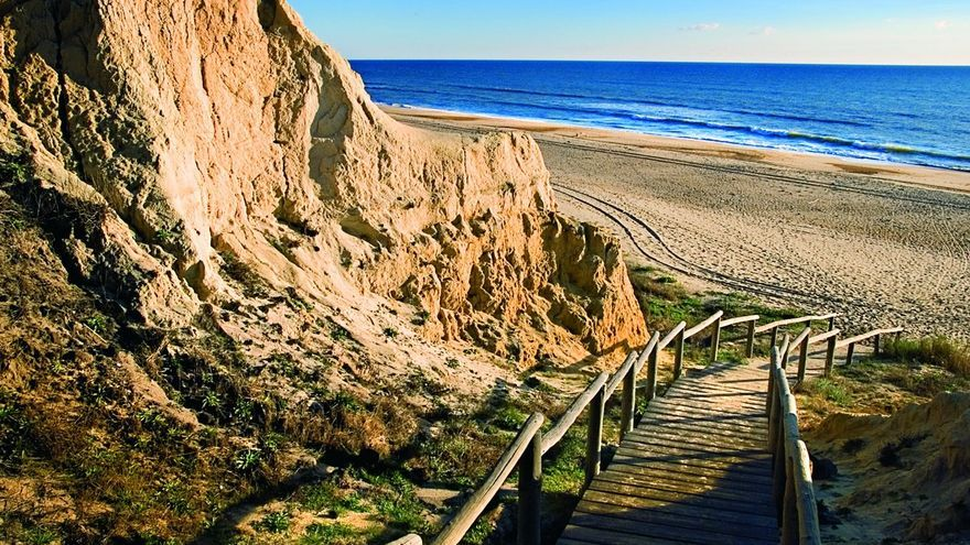 Sendero de madera en Cuesta Maneli. / Patronato de Turismo de Huelva.