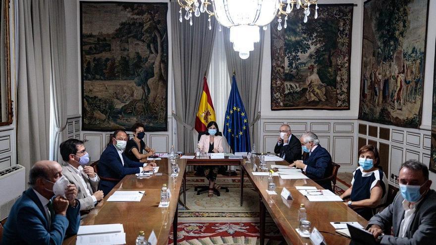 Representantes de los partidos reactivan el Pacto Antitransfuguismo con la ministra Carolina Darias