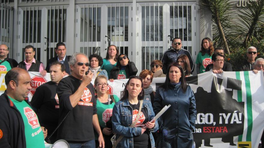 Lourdes Castro junto a miembros de Stop Desahucios Córdoba en protesta por la orden de desalojo inminente dictada por el juez.