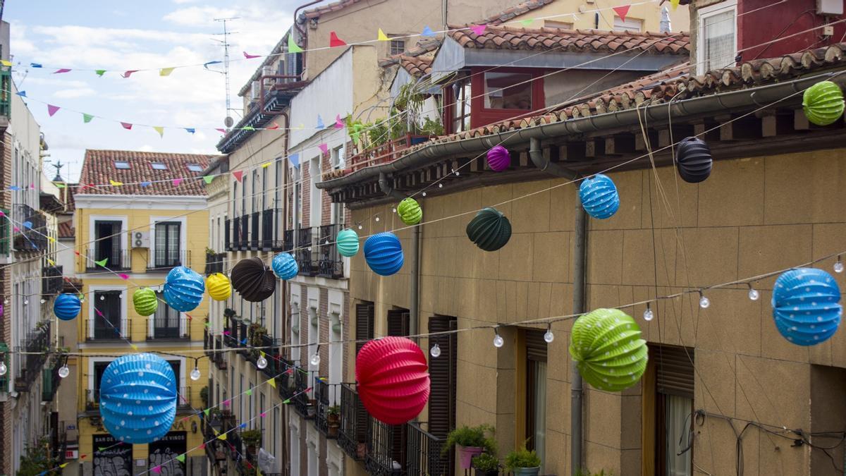 Banderines y farolillos en la calle San Dimas durante las fiestas confinadas del Dos de Mayo de 2020
