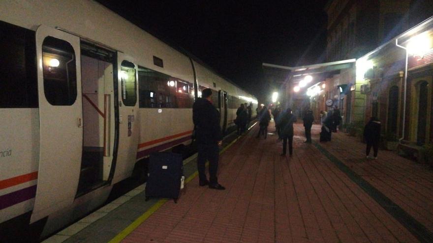 162 pasajeros se quedan varados dos horas en Navalmoral de la Mata (Cáceres) en una avería del tren a Madrid