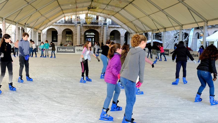 Cerca de 1.300 jóvenes han disfrutado este año de las jornadas escolares en la pista de hielo