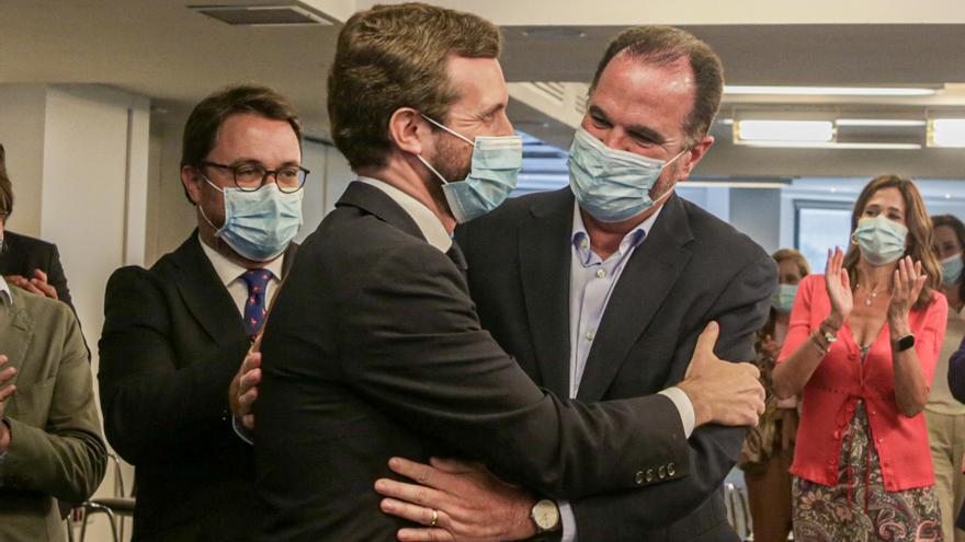 Archivo - El presidente nacional del Partido Popular, Pablo Casado, saluda al candidato popular a lehendakari en las pasadas elecciones vascas, Carlos Iturgaiz , antes de la reunión del Comité Ejecutivo del PP. En Madrid (España), a 15 de julio de 2020.