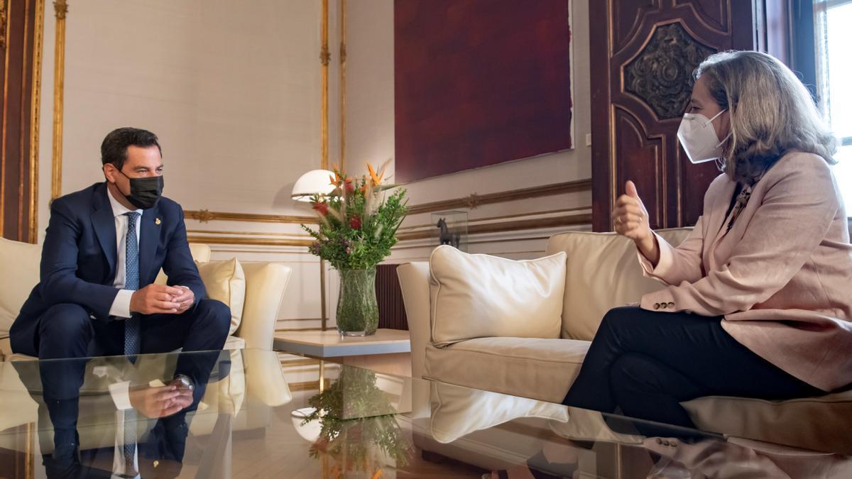 El presidente de la Junta de Andalucía, Juanma Moreno, recibe a la vicepresidenta primera del Gobierno y ministra de Asuntos Económicos y Transformación Digital, Nadia Calviño, hoy en el Palacio de San Telmo en Sevilla. EFE/Raúl Caro.