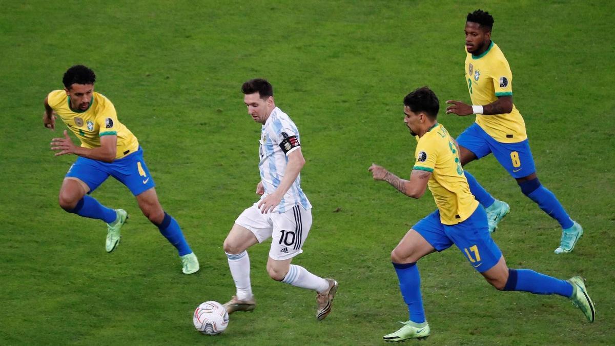Messi rodeado de brasileños