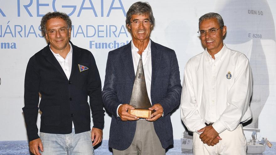 José Jaubert (d) entregó una cerámica palmera a José Lino Tranquada Gomes.