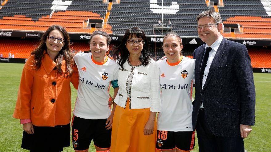 El València CF presentó la pasada temporada el partido femenino en Mestalla con las máximas autoridades