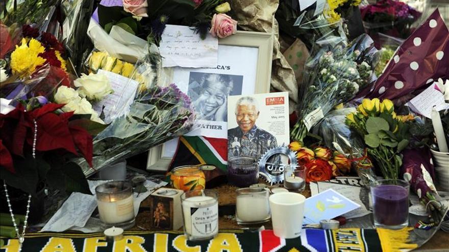Flores y cantos en un festivo homenaje a Mandela en Londres
