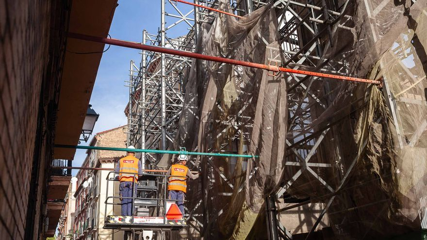 Operarios trabajando en la retirada del andamio y el derribo de la fachada de Pignatelli, 78