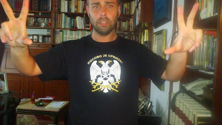 """El candidato de Ciudadanos y número 4 por A Coruña, Antonio Landeira, posando con una camiseta, con el lema """"Kosovo es Serbia"""""""