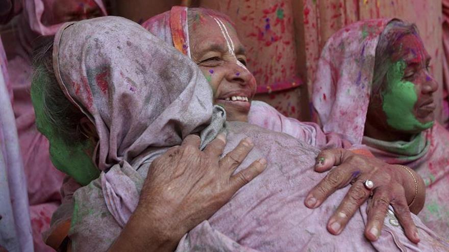 El luto se impregna de colores en la ciudad india de las viudas